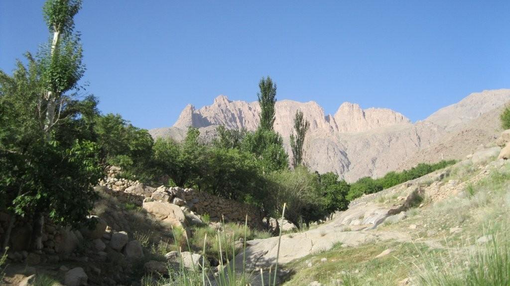 چشم انداز قله از دره یال شرقی